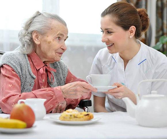 Auxiliaire-de-vie-aux-personnes-âgées